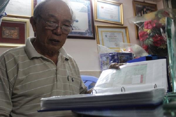 Ông Đỗ Thành Kim bên bộ sưu tập của mình.