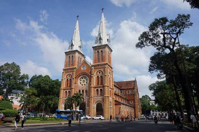 Được xây dựng từ năm 1877, đến năm 1880 được khánh thành, đến nay nhà thờ Đức Bà đã tồn tại gần 140 năm mà chưa cần qua một lần trùng tu sửa chữa lớn. Công trình có chiều dài 93 m, rộng 35 m và cao 75 m nằm ngay trung tâm Sài Gòn.