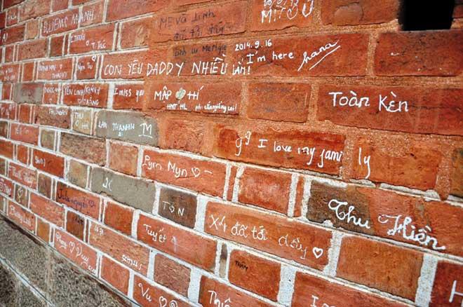 Những chữ viết trên các tường gạch sẽ được xóa.