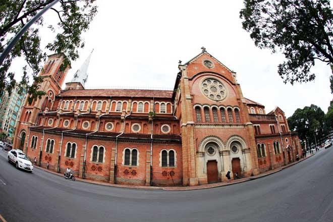 Móng của thánh đường được thiết kế đặc biệt, chịu được tải trọng gấp 10 lần toàn bộ kiến trúc nhà thờ bên trên nên vẫn đứng vững chãi dù chịu áp lực lưu lượng xe cộ lưu thông nườm nượp xung quanh