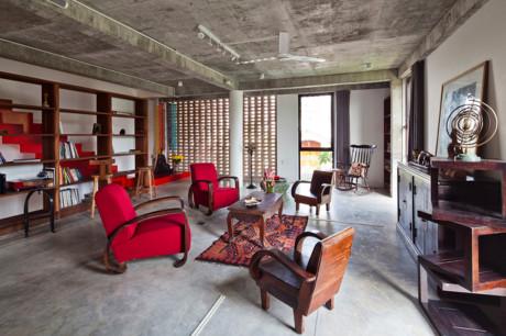 Không gian phòng khách cổ điển tại tầng 1.