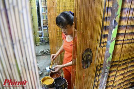 Khi sơn mành trúc, những người thợ không dùng cọ mà dùng một miếng xốp để thể hiện họa tiết lên mành trúc.