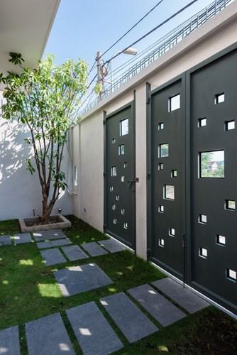 Cổng chính cũng là không gian xanh và ăn nhập với ngôi nhà khi có nhiều ô vuông nhỏ rất thông thoáng.  ZALO   FACEBOOK