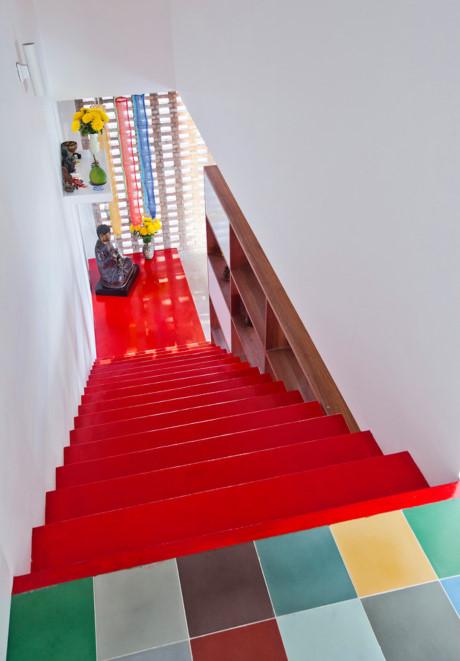 Đoạn cầu thang dẫn lên tầng thượng với màu sắc rất sặc sỡ.
