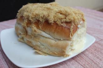 Bánh mì với nhân sốt phô mai béo ngậy.