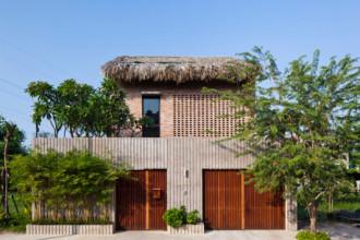 Ngôi nhà đặc biệt này nằm tại huyện Nhà Bè, thành phố Hồ Chí Minh với kiến trúc độc đáo và thông minh, nó đã được tạp chí ArchDaily đăng tải và dành nhiều lời khen có cánh.
