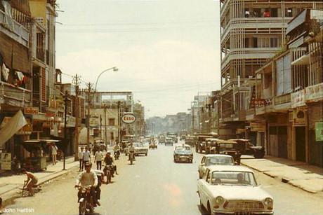 Đường Phan Thanh Giản (Điện Biên Phủ), bên phải là tòa nhà của hãng sản xuất nước hoa Khiêm Tín Hãng ở ngã ba Phan Thanh Giản - Nguyễn Thiện Thuật, Sài Gòn năm 1970.