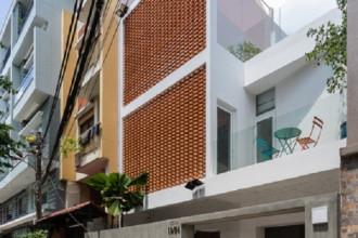 Gia đình 5 người ở quận Phú Nhuận (TP HCM) sở hữu một mảnh đất rộng 144 m2 với mặt tiền 7m. Nhưng ngôi nhà có một nhược điểm lớn là mặt thoáng chính có hướng Tây nắng nóng gay gắt quanh năm.