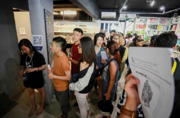 """10h sáng 8/7, triển lãm mới mở cửa nhưng nhiều bạn trẻ đã có mặt và xếp hàng chờ xem. """"Tình cờ biết triển lãm này qua mạng xã hội, mình cảm thấy rất tò mò nên đến triển lãm từ sớm"""", bạn Minh Kha (quận 1) nói."""