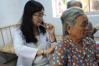 Bác sĩ Bệnh viện Trưng Vương khám bệnh cho người dân (ảnh K.Q)