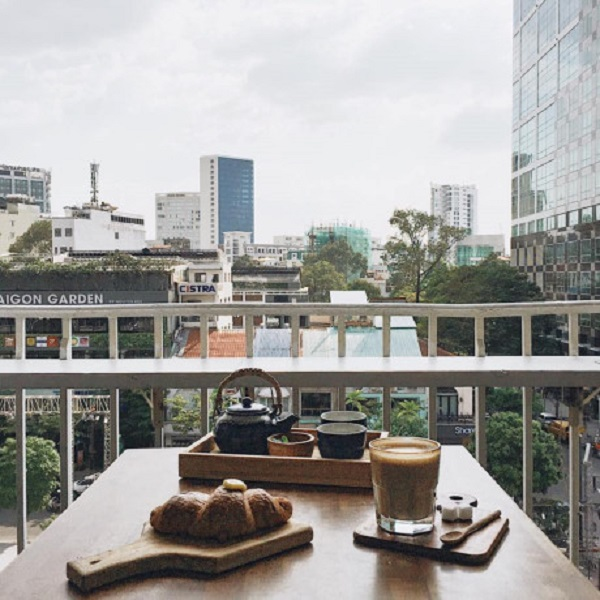 Nằm ngay trung tâm thành phố, trên phố đi bộ Nguyễn Huệ nhưng đến với Thinker&Dreamer Coffee bạn sẽ tìm được cho mình một góc yên tĩnh, không nhộn nhịp, xô bồ để thư giãn và ngắm nhìn thành phố.