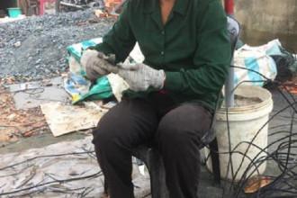 Chị Nguyễn Thị Thừa đang gọt đầu dây