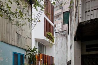 Ngôi nhà này nằm trong một con hẻm nhỏ và hẹp ở quận Phú Nhuận, thành phố Hồ Chí Minh.