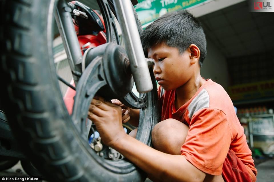 Em lên Sài Gòn theo anh họ ôm đồ nghề học sửa xe