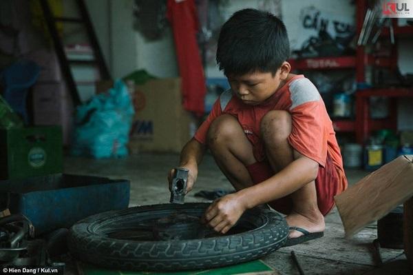 Ở cái tuổi người ta còn đang bận bịu với ăn ngủ, học chơi thoải mái thì em – cậu bé sửa xe 12 tuổi, còn đang xoay vần với cơm – áo – gạo – tiền.
