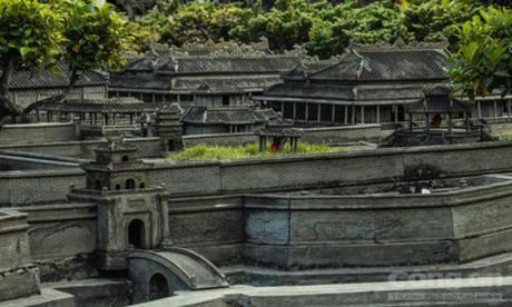 Sau hàng chục năm từ khi công trình được xây dựng, nhiều mô hình bị phủ rêu phong, vô tình làm tăng nét cổ kính của Huế thu nhỏ ở Sài Gòn. Ảnh: Hoàng Sơn/CAO.