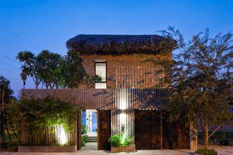 Khi chiều tà ngôi nhà càng có sự khác biệt hoàn toàn với những kiến trúc xung quanh.