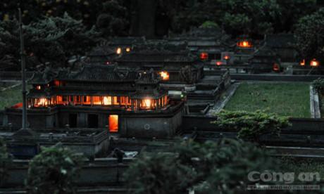 Kinh thành Huế thu nhỏ ở Sài Gòn huyền áo dưới ánh đèn đêm. Ảnh Hoàng Sơn/CAO.
