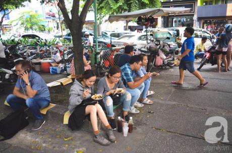 Dù trưa nắng hay chiều tà, khách vẫn ngồi đông hết các gốc cây chung quanh quán dì Sáu để ăn dĩa gỏi khô bò lẫy lừng.