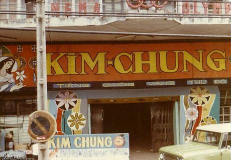 Băng-rôn quảng bá chương trình biểu diễn của đoàn cải lương Kim Chung ngoài rạp Olympic trên đường Hồng Thập Tự (đường Nguyễn Thị Minh Khai ngày nay).