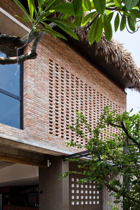 Ngôi nhà này xây trên mảnh đất rộng khoảng 200m2, không chỉ có kiến trúc độc đáo và thông minh mà còn là một không gian xanh rất gần gũi với thiên nhiên.