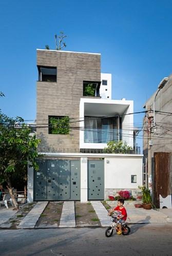 Ngôi nhà 3 tầng ở huyện Bình Chánh, TP HCM là khối nhiều ô vuông với không gian đan xen tạo ra những khoảng thông tầng rất độc đáo mới lạ.