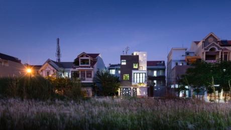 Ngôi nhà đẹp long lanh trong đêm.