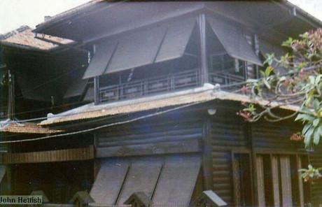 Nhà gỗ cổ ở số 64 Hồng Thập Tự (Nguyễn Thị Minh Khai).