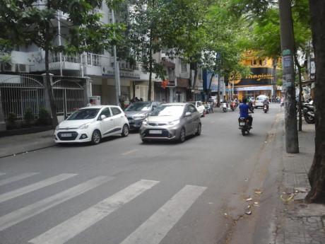Đường Trần Bình Trọng đoạn gần trường Cao đẳng Kinh tế - Đối ngoại TPHCM rợp bóng cây