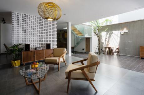 Nhờ bề ngang rộng nên gia chủ có thể sở hữu một khoảng sân trong rộng rãi là nơi đón ánh sáng cho tất cả các tầng.