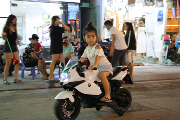 Nhiều gia đình tranh thủ đưa con nhỏ ra đường để vui chơi  và trẻ em thoải mái nô đùa trên đường Bùi Viện - Ảnh : Ngọc Tiến.
