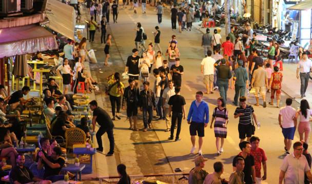 Phố đi bộ Bùi Viện được biết đến như một khu ăn chơi về đêm cực kỳ sôi động hấp dẫn giới trẻ Sài Gòn, du khách nước ngoài tụ tập ăn uống, giải trí ... Ảnh: Ngọc Tiến.