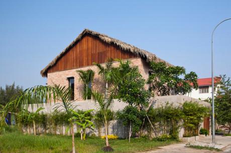 Ngôi nhà nhìn từ bên ngoài tạo ra một cảm giác thanh bình, dân dã như không gian làng quê chứ không phải là Sài Gòn ngột ngạt.