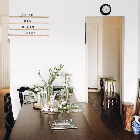 Decor của quán nhẹ nhàng nhưng rất tinh tế, pha lẫn giữa nét cổ điển và hiện đại. Điều đặc biệt là ở quán luôn có hoa tươi và những bản nhạc nhẹ nhàng.
