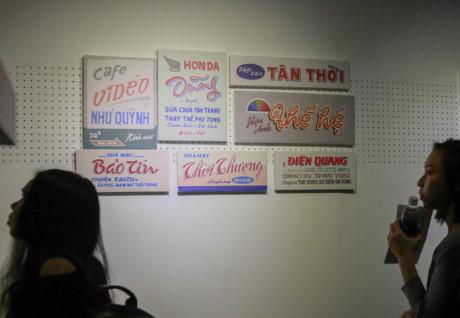 Góc trưng bày những áp phích quảng cáo Sài Gòn xưa.