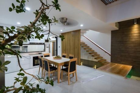Nội thất gỗ hiện đại được sử dụng nhiều trong ngôi nhà này.