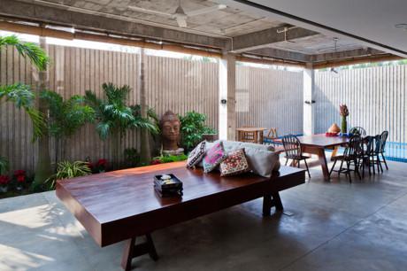 Không gian tầng 1 như nhà sàn rất mát mẻ dùng để ăn uống và vui chơi nghỉ dưỡng.