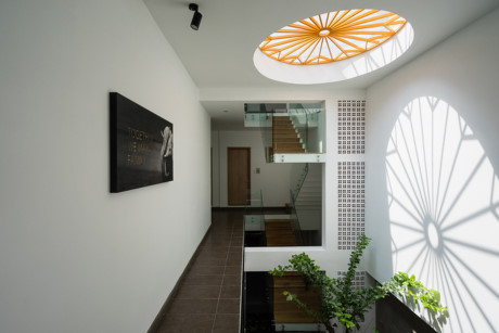 Bóng nắng thay đổi vị trí trong ngày giống như một chiếc đồng hồ sinh học giúp chủ nhà cảm nhận được thời gian.