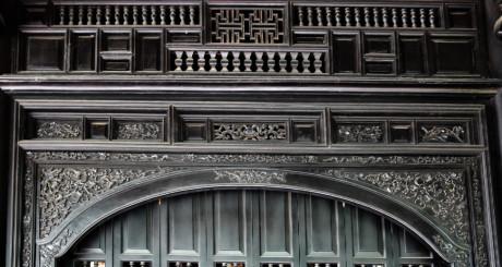 Các cánh cửa làm bằng gỗ quý, hoa văn được điêu khắc tinh xảo tạo thêm nét cổ kính cho mặt tiền của căn nhà - Ảnh : Ngọc Tiến.