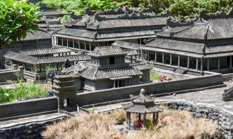Các công trình của Cố đô Huế thu nhỏ tỷ lệ 1/700 với nhiều chi tiết được thiết kế, điêu khắc như thật. Ảnh Hoàng Sơn/CAO.