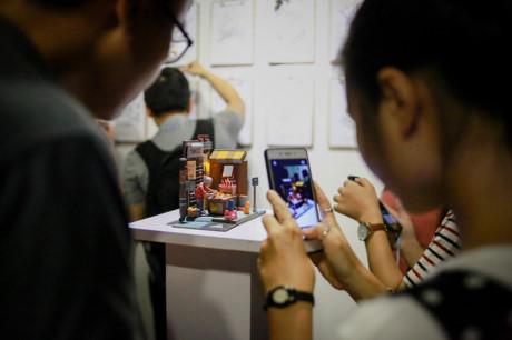 """""""Mình thấy đây là ý tưởng mới lạ, với nhiều cách thể hiện độc đáo và điều đặc biệt hơn là ai cũng có thể sáng tác những góc nhỏ riêng cho bản thân tại triển lãm"""", bạn Nguyễn Hải, quận Gò Vấp, nói."""