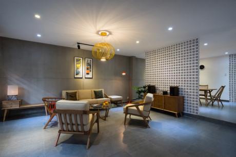 Thay cho các chi tiết trang trí rườm rà, kiến trúc sư khiến ngôi nhà ấn tượng nhưng vẫn ấm áp nhờ chính vẻ đẹp của vật liệu gỗ, gạch, bê tông.