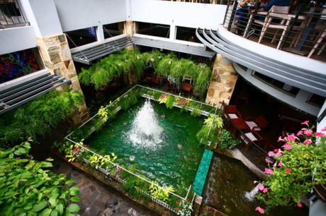 Những khoảng mở tạo nên sự thông thoáng cùng màu xanh và mặt nước. Ngồi bất cứ chỗ nào, khách cũng có cảm giác thư thái, dễ chịu bởi không khí trong lành và các điểm nhìn đẹp.