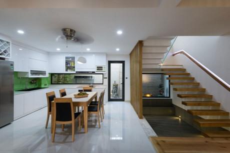 Phòng bếp rất rộng rãi và sang trọng.