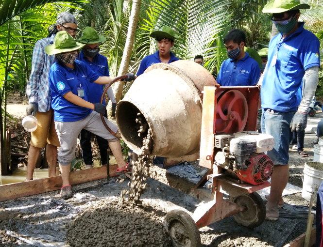 Chiến sĩ ĐH Bách khoa tham gia bêtông hóa đường nông thôn tại huyện Chợ Lách (Bến Tre) trong Mùa hè xanh 2017 - Ảnh: Q.NG.