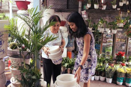 """Chị Trần Thị Ngân Giang, 38 tuổi, khách quen của cửa hàng, kể: """"Nhà chị ở đường Nguyễn Văn Đậu. Lúc còn nhỏ xíu đi ngang đây đã thấy cửa hàng. Giờ đã lập gia đình, có con, cửa hàng vẫn còn đó, thật mừng. Hai cô chú giới thiệu tận tình nên cứ thích ghé mua hoài""""."""
