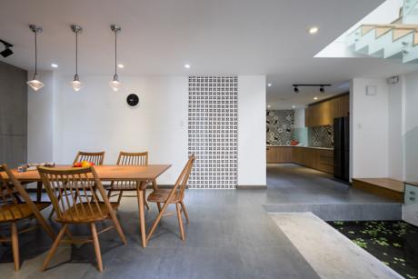 Những bức tường gạch ống được dùng để ngăn chia không gian đồng thời cũng là mảng trang trí nội thất.