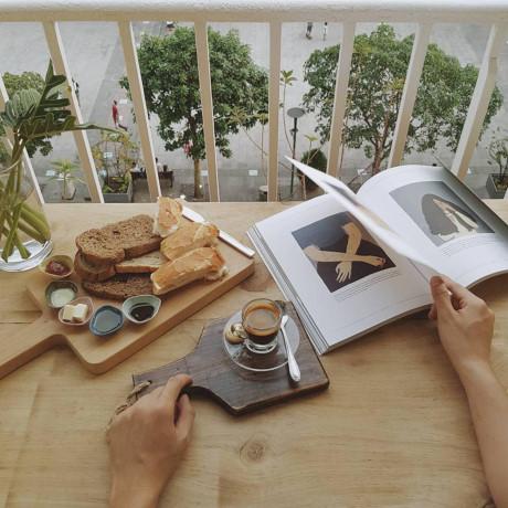 Ngoài không gian đẹp, yên tĩnh, quán còn có thực đơn phong phú gồm nhiều loại bánh, trà, cà phê... với những cái tên thú vị như The resort, Like a movie macchiato, Build a bridge...