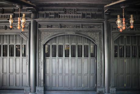 Các nét chạm khắc trên những bộ cửa, vách nhà chưa bị bào mòn và còn nguyên vẹn - Ảnh : Ngọc Tiến.