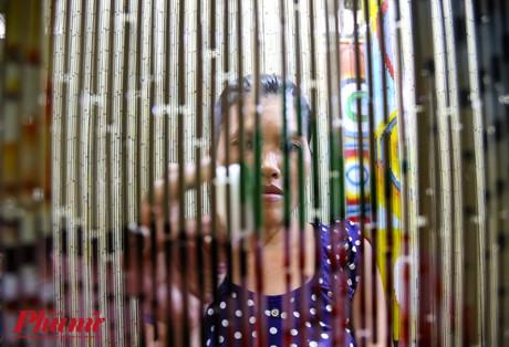 Chị Diệu (30 tuổi) làm nghề 15 năm nay tâm sự, để làm nghề này không chỉ yêu nghề mà đòi hỏi người thợ phải có đôi tay khéo léo.